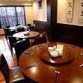 2階個室席:4枚の額のある2号室はゆっくりお話しながらのお食事に向いています。間仕切りを開放すれば21名様でもご利用頂けます。