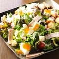 料理メニュー写真半熟卵とベーコンのシーザーサラダ