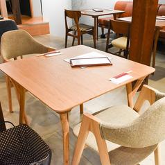 北欧テイストの2名席です。お友達やカップルでのご利用の際にお使いください。