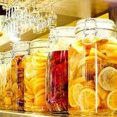 新選果実を2週間以上ウイスキーに漬け込みソーダで割りました。【漬け込みオレンジ・漬け込みグレープフルーツ・漬け込みパイナップル・漬け込みレモン・漬け込みトリプルベリー・漬け込みハニージンジャー】から自分の好みを見つけてください♪果実を絞るだけでは表現できないまろやかさがウリ!からあげとの相性は抜群!