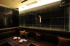 黒を基調としたシックなお部屋。お店の一番角にありプライベートな雰囲気でご利用頂けます。