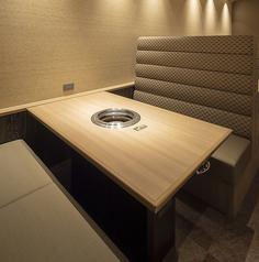【ソファー席】1テーブル6名様までご利用可能です。全部で6卓ご用意しております。こちらソファー席タイプのテーブルが全部で6卓集まったお部屋になっており、15名様以上での貸切も可能です。