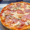 料理メニュー写真ハムとシーフードのピッツァ