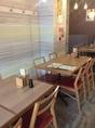 オープンスペースのテーブル席でも仕切りがあるので安心してご利用できます。少人数での飲み会などのご利用でお使いください。