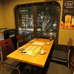 【2F席】4名様用のテーブル席です。外の景色を見ながら美味しいお酒をお楽しみください♪