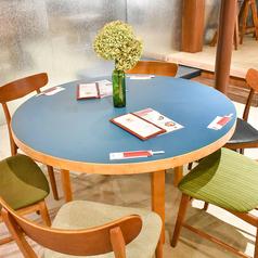こちらの大きな円形のテーブルは1950年代に北欧で作られたヴィンテージ家具!4~6名様でご利用いただけます。