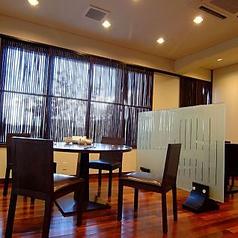 2階フロア席:テーブルの間を衝立で仕切り、隣を気にせず料理をお楽しみ頂けます。
