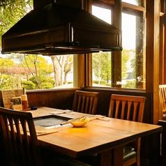 ご家族や仲間でワイワイ楽しめる開放的な空間です。