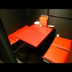 赤いテーブルがモダンな個室(4席×2卓)