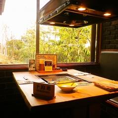 目の前に広がる景色を眺めながらお食事ができるテーブル席♪