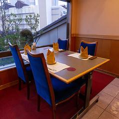 窓際にもお席をご用意しております。ご家族揃っての会食など、いつもより少し贅沢したい日にご利用ください。晴れやかな伊勢海老料理の数々とともに、心尽くしのおもてなしでお迎えいたします。