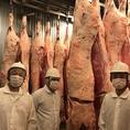 毎年定期的に北海道内各地の牛舎や食肉工場を訪ね飼育環境の視察を行い、生産者の声を聞き、商談を重ねることにより安心安全な北海道産黒毛和牛を厳選しております。