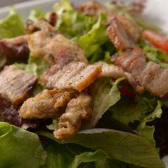 料理メニュー写真牡蠣と自家製ベーコンの野菜サラダ