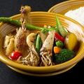 料理メニュー写真チキンと16種の野菜スープカレー