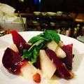 料理メニュー写真ビーツ(赤カブのような根菜)と季節のフルーツ、ルコラのサラダ