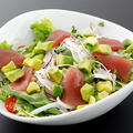 料理メニュー写真マグロとアボカドのシーザー風サラダ