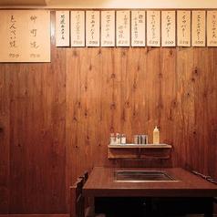 【テーブル席】木や茶系を基調とした温かみのある落ち着いた空間です。