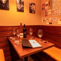 2名様から4名様におすすめのソファーテーブル席です。ゆっくりお食事とワインを楽しみたい方や、カップルやグループでのご利用にも最適です。