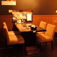 足元ラクラクテーブル席もございます。ふわふわのお席をご用意しております。