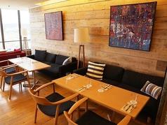 【サブフロア】ソファと椅子のテーブル席座り心地の良いソファと椅子でごゆっくりお食事をお楽しみできます。