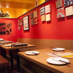 モダンな雰囲気バツグンのテーブル席はお友達との飲み会など、気軽なシーンに最適です。人数にあわせて調整します!