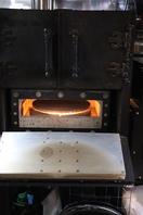 ピザ釜で焼き上げるアツアツのピッツァを召し上がれ!