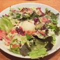 料理メニュー写真ベーコンと温泉卵の和風シーザーサラダ(レギュラーサイズ)