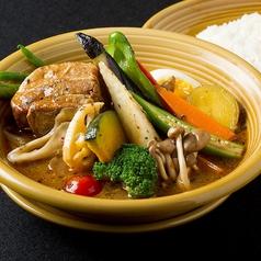 料理メニュー写真豚角煮と16種の野菜スープカレー