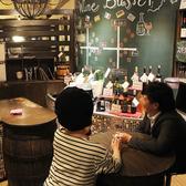 店内中央の丸テーブルはワインビュッフェが最短!サク飲みにもぴったりです。