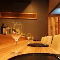 カウンターでワインもお楽しみ頂けます。「和」と「洋」の融合を。