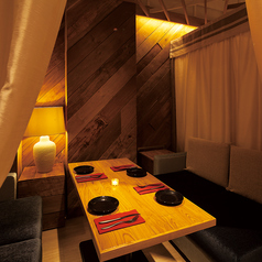 ふかふかソファと暖かい照明が特徴のリゾートラウンジ個室!4名様用を1席ご用意しています。