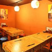 テーブル席の奥にはこじんまりとした空間が・・・。そこには6名様×2卓のテーブル席をご用意。こちらの空間にはこの席のみ。8名以上なら個室空間でお食事をお楽しみいただけます!気の合う仲間との宴会や、同僚との飲み会におすすめです。