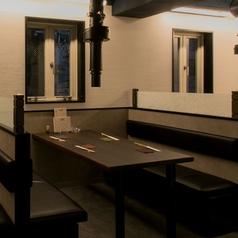 テーブル席は普段使いにもピッタリのお席です。お友達とのお食事、会社の同僚との飲み会など、幅広いシーンでご利用いただける、開放感あるお席となっております。