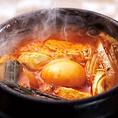 【スンドゥブチゲ 880円(税込)】 自家製の海鮮ダシスープにアサリやお豆腐を入れた熱々の土鍋です。辛さの調節もできます。ぜひご飯と一緒にお召し上がりください。(ライス・カクテキセット+100円)