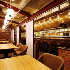 オープンキッチンのテーブル席とカウンター