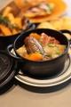 料理メニュー写真自家製ソーセージとベーコンのシュークルート ポーチドエッグとグリュイエール
