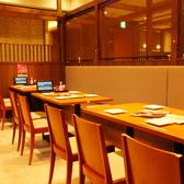 各テーブル席は間仕切りがあるのでお隣を気にせずお食事をお楽しみください