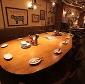 当店入って一番奥に設置してある大型テーブルです!大きいテーブル貸切りで皆と話せるので、宴会などにはもってこいです!