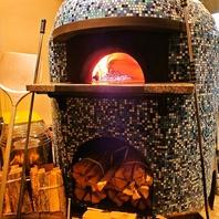 新窯で焼き上げる熱々ピッツァは一度は食べたい絶品。
