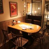 ライブ感抜群のテーブル席です!当店は基本的にはワンフロアで敷居が無い為、ワイワイガヤガヤした臨場感の中、気取らずお食事が楽しめます。
