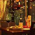 窓際2名様テーブル♪小さなテーブルなのでお食事には向きませんが、カップルでワイン・シャンパンをしっぽり飲むなんて時はお薦めです。お二人の世界に入っちゃってください♪(禁煙席)