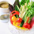 【お野菜】女性に嬉しいメニュー多数!一番の人気商品は特製ソースが秘訣の「季節の農園バーニャカウダ」