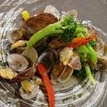 料理メニュー写真アサリと季節の野菜の白ワイン蒸し