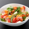 料理メニュー写真アルプスサーモンとモッツァレラチーズのイタリアンサラダ