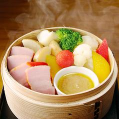 料理メニュー写真厚切りベーコンとごろっと野菜の蒸籠蒸し~特製バーニャカウダ~