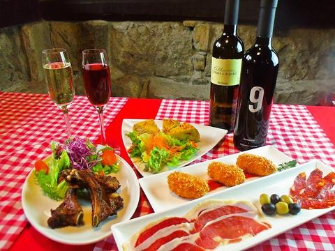 オシャレな隠れ家レストランで、本格的なスペイン料理のコースを味わう。