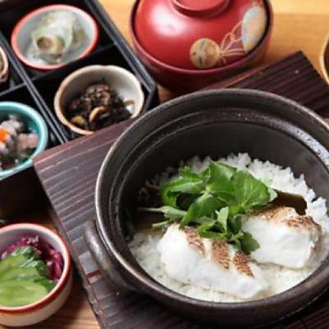 産地直送の真鯛のあらダシと昆布だし、塩のみの調理で炊き上げる「土鍋炊き鯛めし」