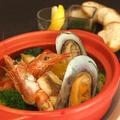 料理メニュー写真魚介と旬野菜のアクアパッツァ