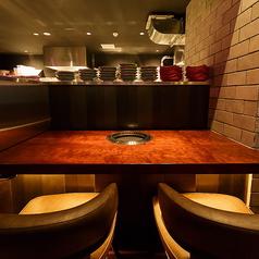 2名様用のカウンター席は、目の前の調理場を高くしたつくりになっているため、プライベートな空間を演出しています。大切な方とのお食事の際は、ぜひ、当店自慢の「A4黒毛和牛スーパーヘレ 100g 2480円」をお召し上がりください!フォークで割けるほどやわらかなステーキは、思い出に残る一品になります。