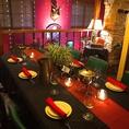 2階席の一番奥には最大10名まで座れる大きなテーブルがあります。他の席からも離れているため会話を楽しみながら食事が出来る人気の席です。